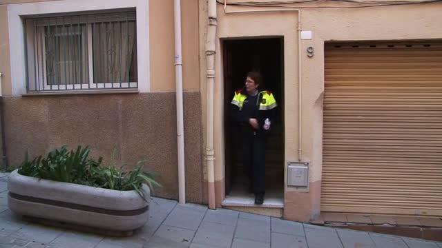 Los Mossos detienen a un hombra atrincherado en su piso después de huir de un control policial.