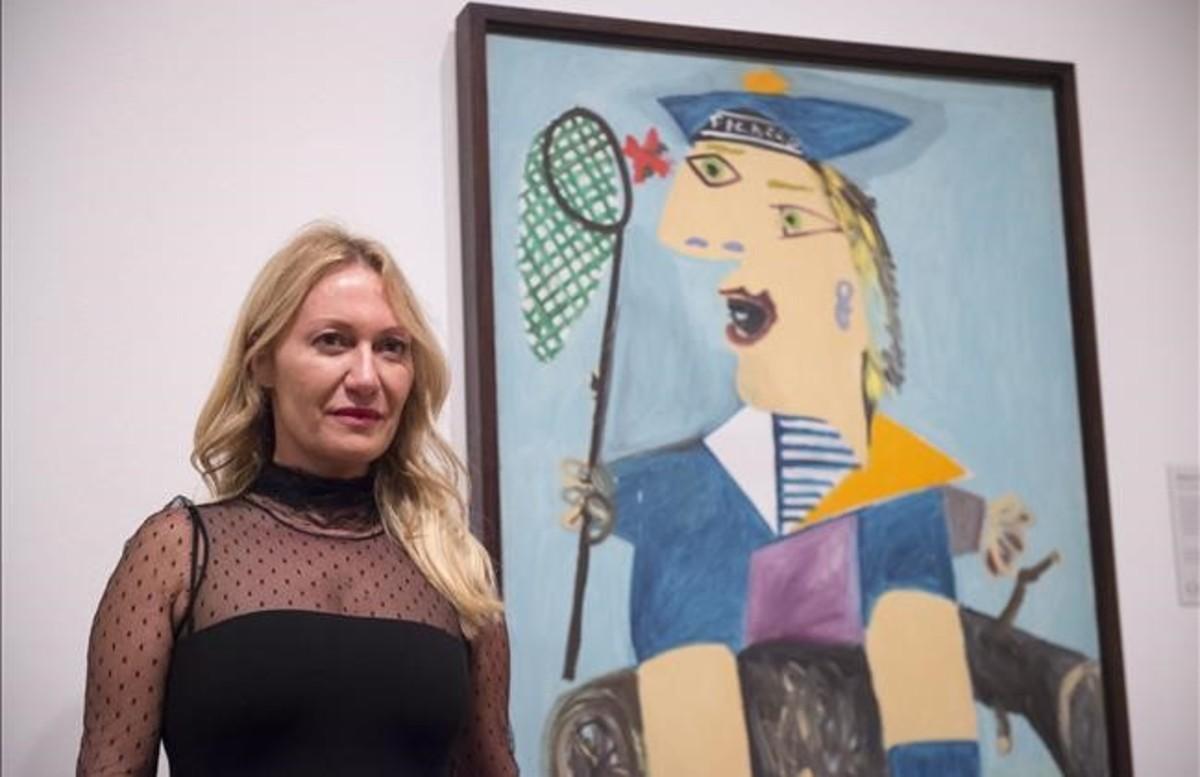 Diana Wildmaier, nieta de Picasso, junto a Maya con traje de marinero, en la inauguración de Picasso retratosen Londres.