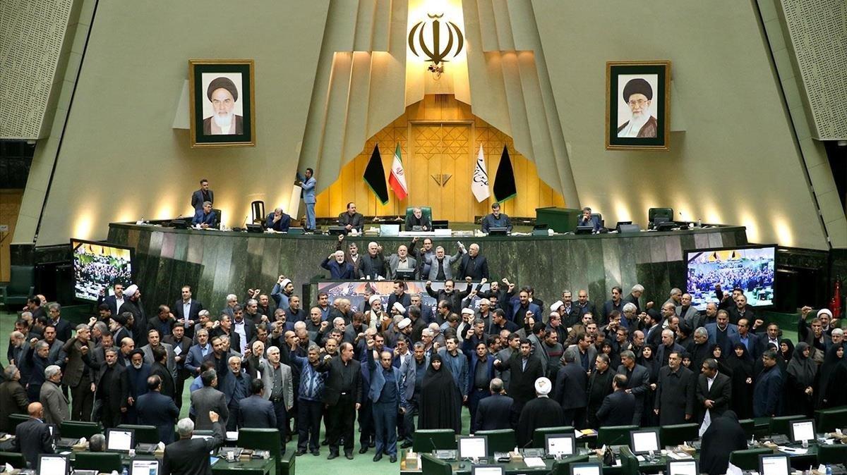 Diputados iranís corean eslóganes contra EEUU durante una sesión en el Parlamento, el pasado domingo.