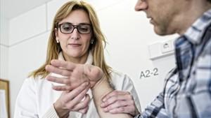 La doctora Silvia López, especialista del servicio de Cirugía Ortopédica y Traumatología, tratando el síndrome del túnel carpiano.
