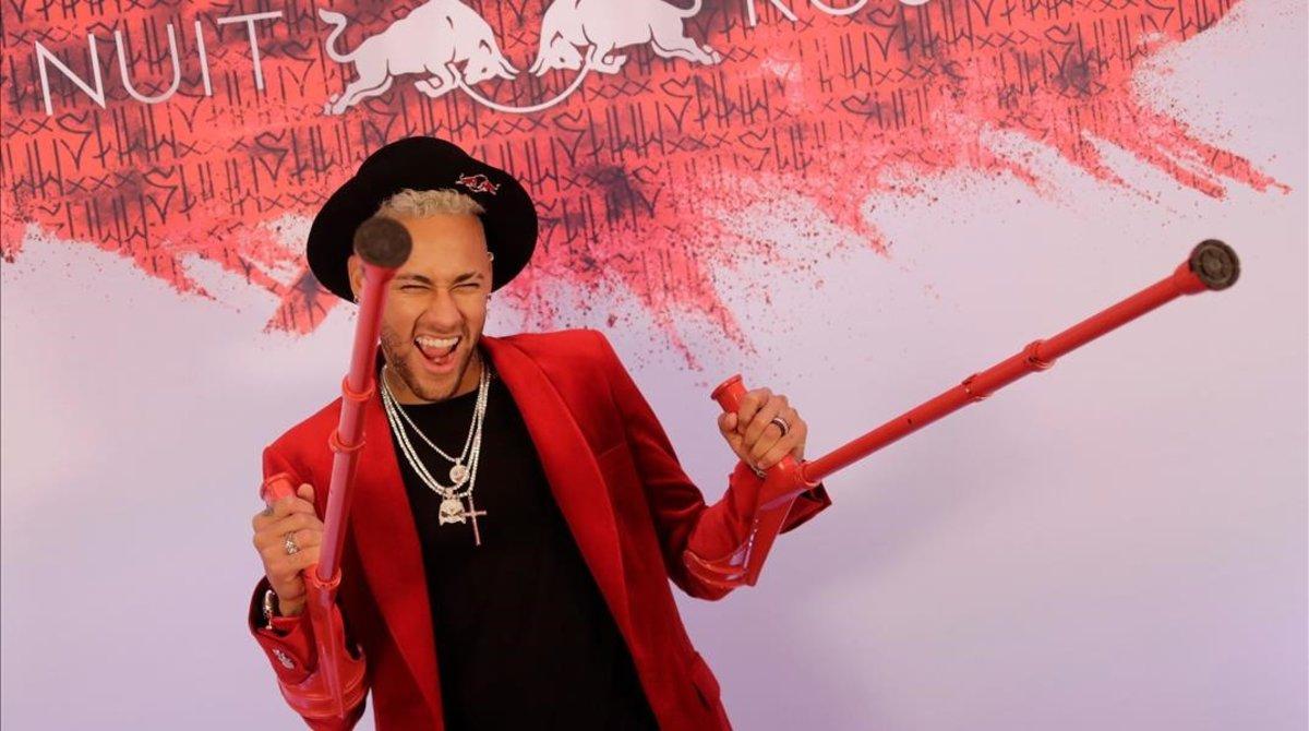 Neymar, sonriente con sus muletas rojas a juego con todo, en su fiesta de cumpleaños.