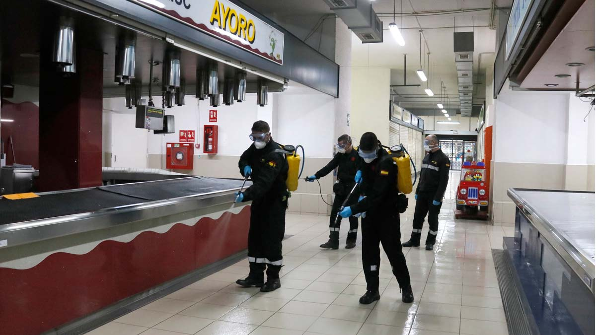 El Ejército desinfecta en Badalona equipamientos, mercados y residencias.