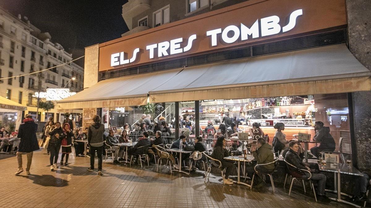 Els Tres Tombs: ese bar que nunca falla.Birras, cafés y zumos con un chorrito de vodka más tres cuartas partes de desprecio del camarero.