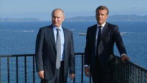 Macron y Putin durante el encuentro de hoy en la residencia veraniega del presidente francés.