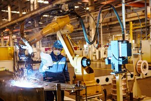 Un empleado trabaja en una fábrica en la provincia china deHebei.