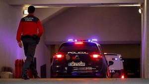 Entrada al Palacio de Justicia de Navarra de un coche y del furgón que conduce a los cinco sevillanos acusados de violación, este lunes.