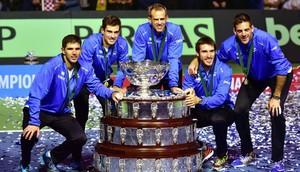 El equipo argentina de Copa Davis, con el trofeo de campeones del 2016.