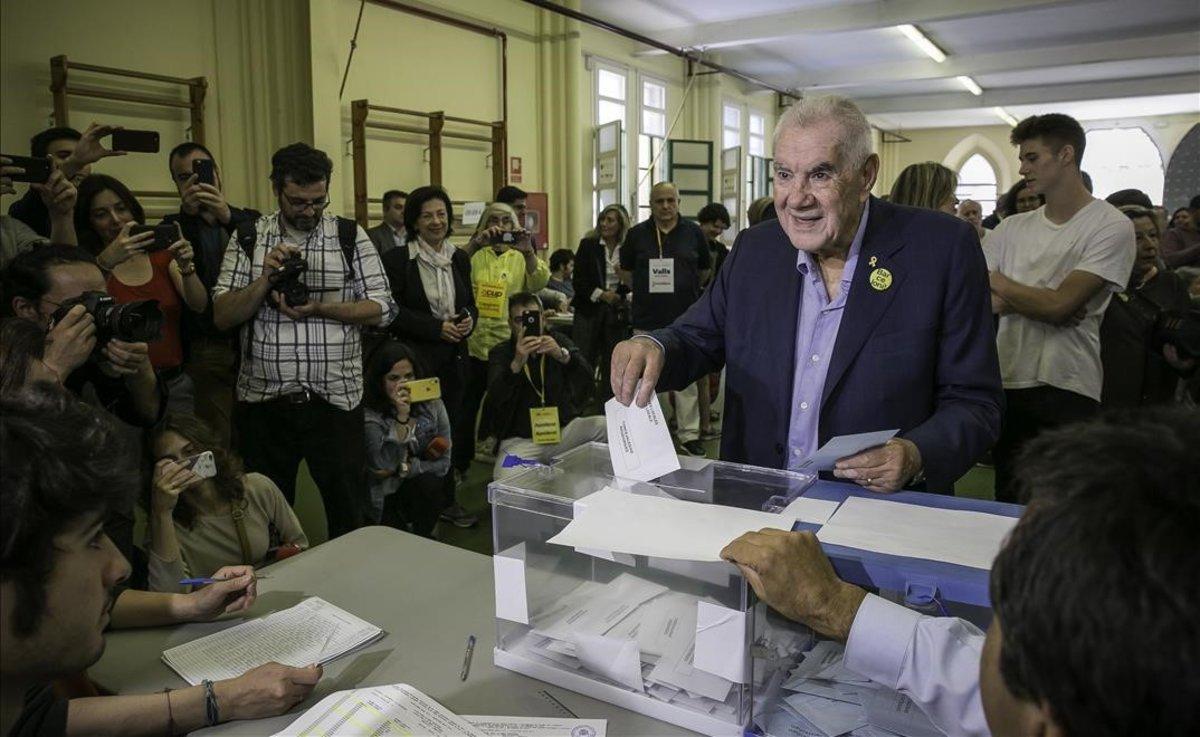 Ernest Maragall vota en su colegio electoral de Gràcia, en Barcelona.