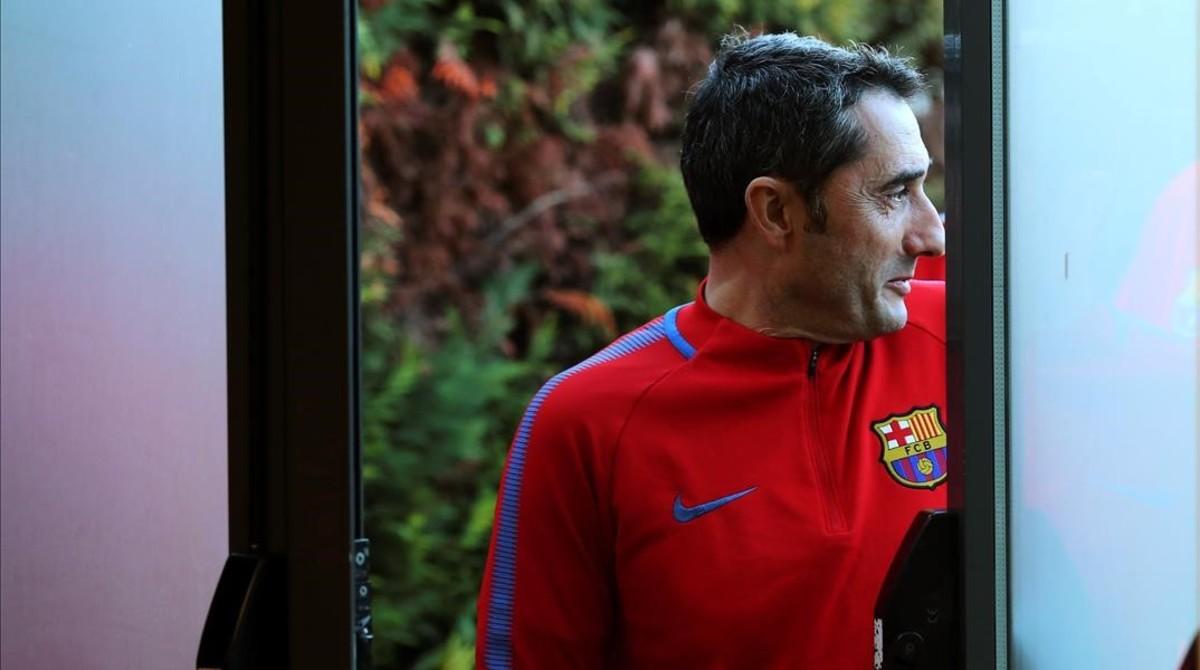 Ernesto Valverde entra en la sala de prensa de Sant Joan Despí.