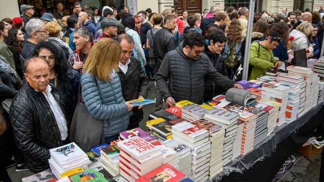 Escritores tan dispares como David Trueba, Julia Navarro, Mario Vaquerizo o Francisco Ibáñez han compartido hoy mesa para dedicar su obra a sus lectores.