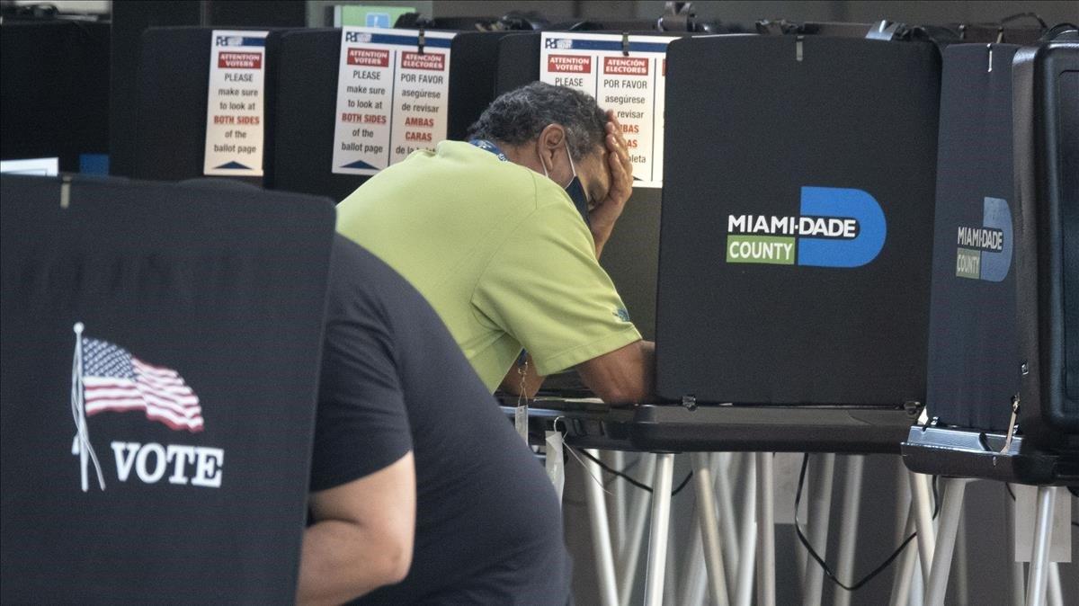 Electores depositando el voto anticipado en un centro deMiami este martes.
