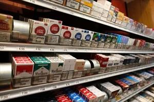 Estantería de un estanco de París, en marzo del 2015, llena de paquetes de cigarrillos de diferentes marcas.