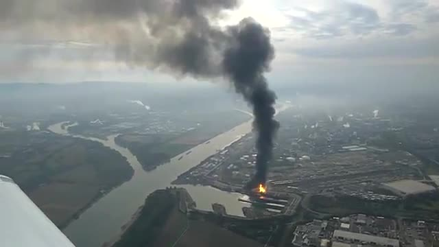 Imágenes aéreas del incendio provocado por una explosión en una planta de Basf.