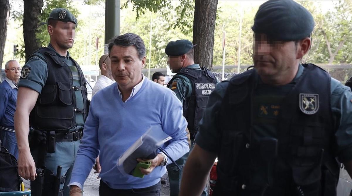 El expresidente de la Comunidad de Madrid Ignacio González, antes del registro de su despacho, el pasado 19 de abril.