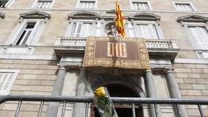 Fachada del Palau de la Generalitat con una rosa amarilla en primer plano.