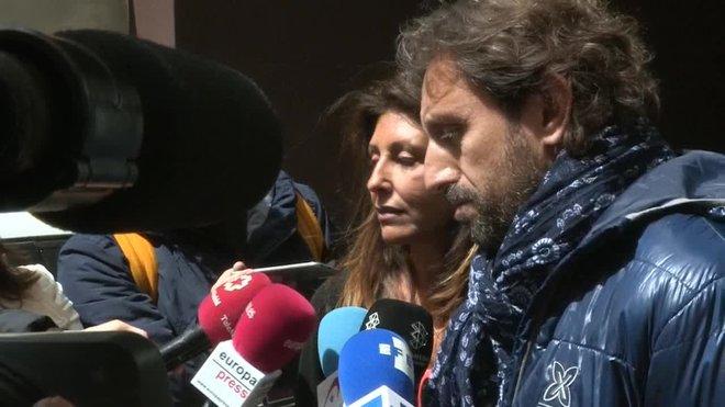 Marta Pineda, esposa de Sandro Rosell, y el hermano del expresidente del Barça han declarado a los medios, a las puertas de su vivienda, que su intención es recuperar la vida normal y no recordar más los difíciles momentos vividos en prisión.
