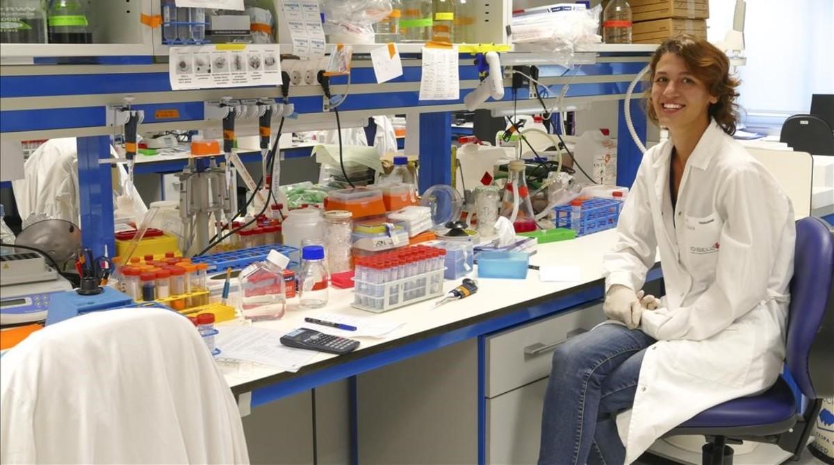 Eugènia Almacellas, de 25 años, estudia un doctorado en Biomedicina. En la foto, en el Hospital Duran i Reynails (oncología).