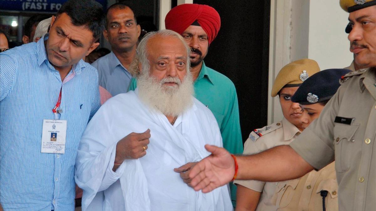 Foto de archivo de la policía escoltando al gurú Asaram Bapu después de su arresto en el 2013 por la denuncia de violación.