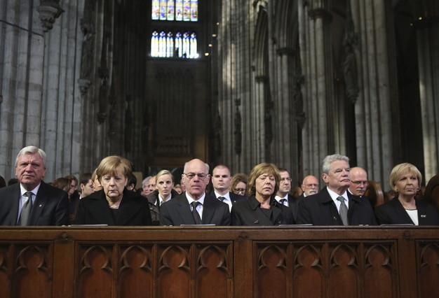 El jefe del gobierno de Hesse, Volker Bouffier; la cancillera alemana, Angela Merkel; el presidente del Bundestag, Norbert Lammert; el presidente alemán, Joachim Gauck y su pareja Daniela Schadt, y la jefa del gobierno de Renania del Norte Westfalia, Hannelore Kraft, en el funeral por las víctimas de Germanwings celebrado en la catedral de Colonia.