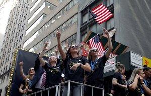 Las jugadoras de la selección femenil de fútbol de los EEUU celebrando su título mundial. EFE