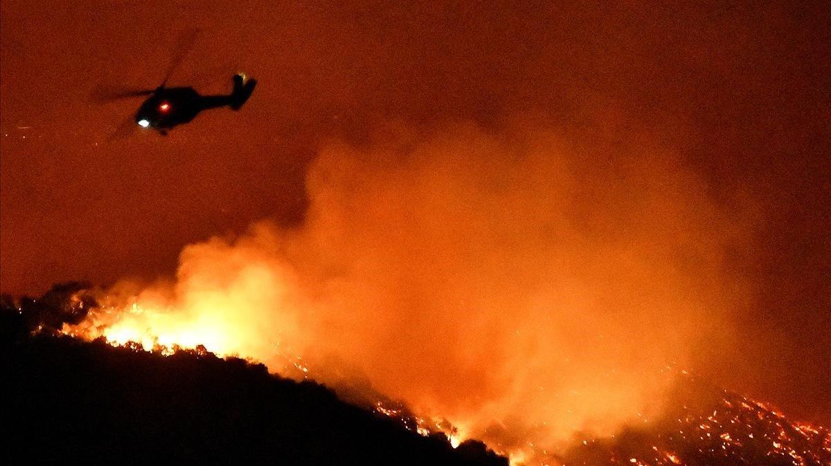 Un helicóptero de los bomberos sobrevuela el incendio en Los Ángeles.