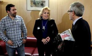 El hermano y la madre de José Couso, el cámara de Tele 5 fallecido en Irak, hablan con Gaspar Llamazares, este martes en el Congreso.