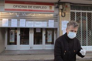 Un hombre pasa ante una oficina de empleo en Madrid, el pasado mes de abril.