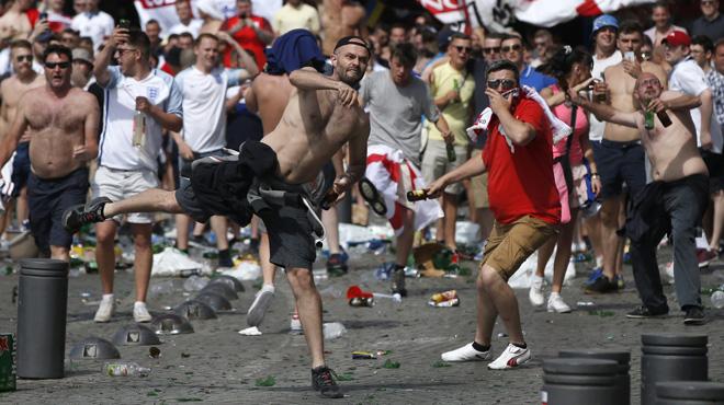 Holigans ingleses y rusos se enfrentan con gran violencia en Marsella.