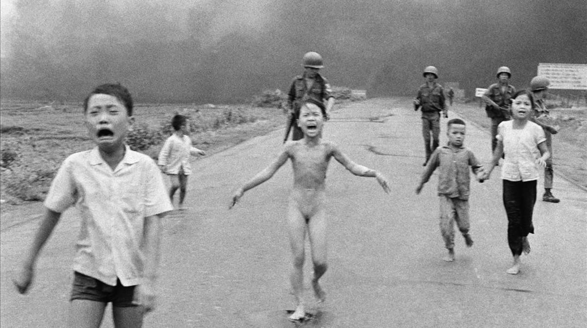 La icónica foto de la niña que corre aterrorizada de un ataque estadounidense con napalm en Vietnam, en junio de 1972.