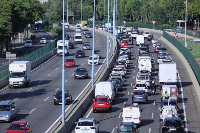 En la imagen, numerosos automóviles forman un atasco a la entrada de Barcelona.