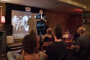 El monologuista Elías Puente presenta la última jam de doblaje en el club Cronopios.