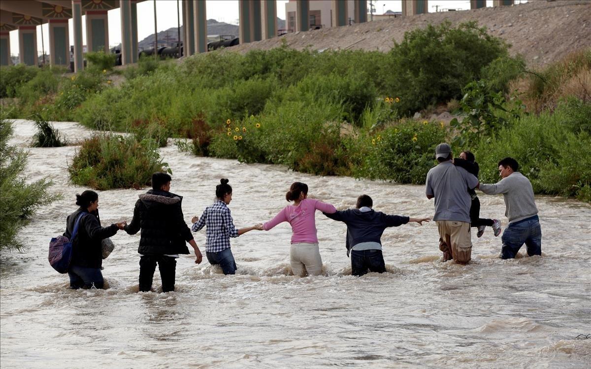 Un grupo de inmigrantes cruzan el Río Bravo en Estados Unidos.