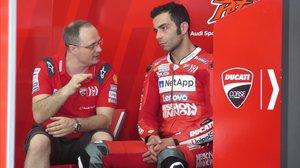 El italiano Danilo Petrucci (Ducati), que hoy ha mejorado el récord de Jorge Lorenzo en Malasia, conversa con uno de sus técnicos.