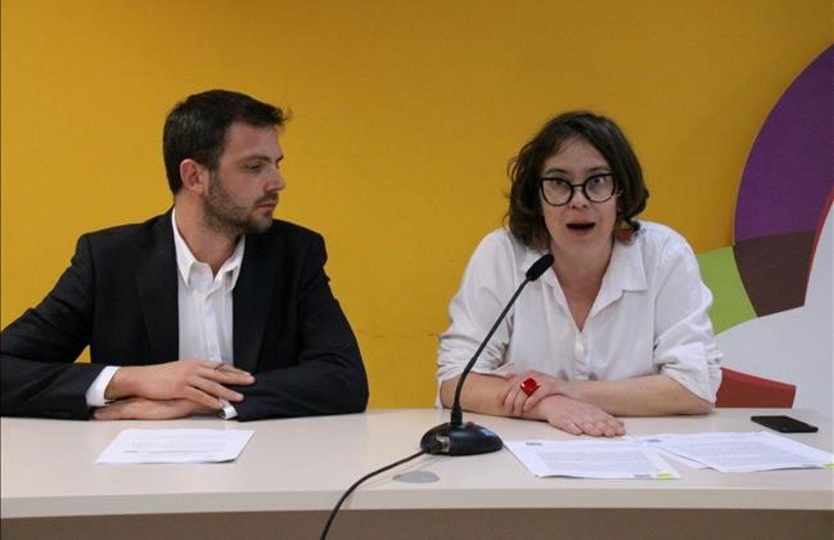 La edil de la CUP, Eulàlia Reguant, junto a su abogado, Daniel Amelang.