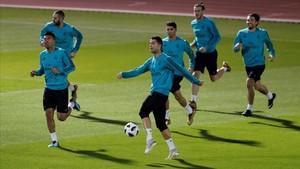 Jugadores del Madrid, durante el entrenamiento de este viernes.