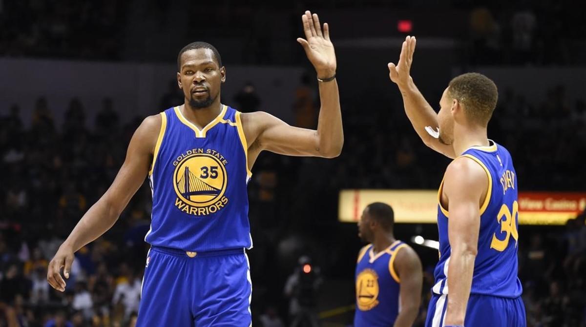 Kevin Durant choca con Stephen Curry durante un partido reciente