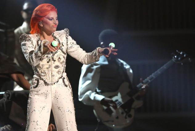 Lady Gaga, caracterizada como David Bowie, durante la gala de los Grammy.