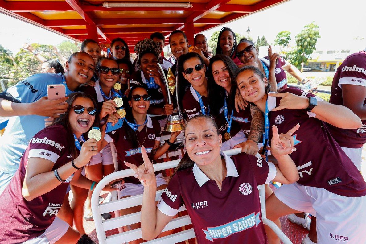 ACOMPAÑA CRÓNICA: BRASIL MUJERES. BRA60. ARARAQUARA (BRASIL), 06/10/2019.- Las jugadoras del equipo de fútbol Ferroviaria de Araraquara celebran tras conseguir el campeonato de la liga brasileña de fútbol femenino, el 3 de octubre de 2019, en Araraquara (Brasil). Inspiradas en la selección femenina de Estados Unidos, las jugadoras del equipo de fútbol Ferroviaria de Araraquara, flamante campeón de la Liga brasileña, denuncian que ganan mucho menos que la sección masculina, que juega en la cuarta división y nunca ganó un título de envergadura. EFE/ Sebastiao Moreira