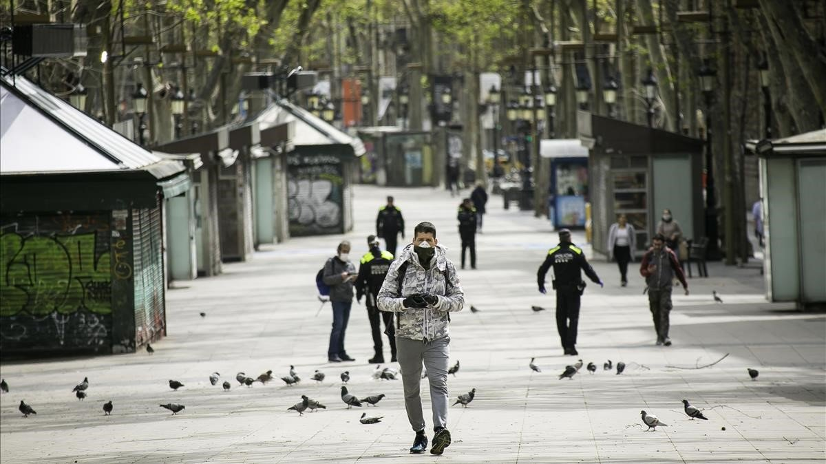 Las Ramblesvacías de turistas y con controles policiales