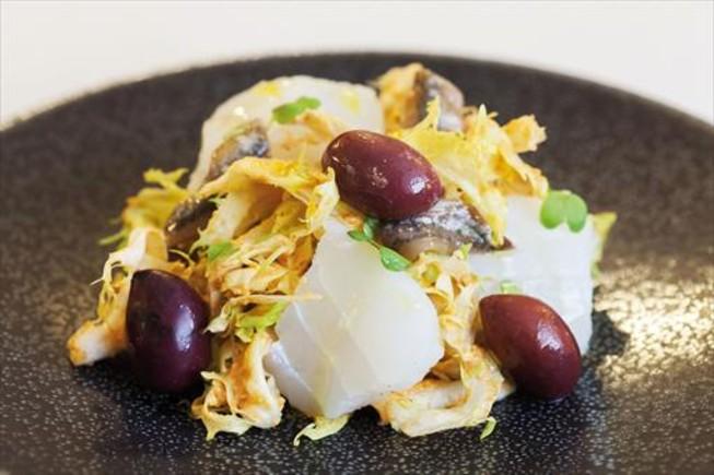 Plato del menú que ha hecho Ca l'Isidrepara la Ruta del Bacallà: garbanzos estofados con ventresca de bacalao.