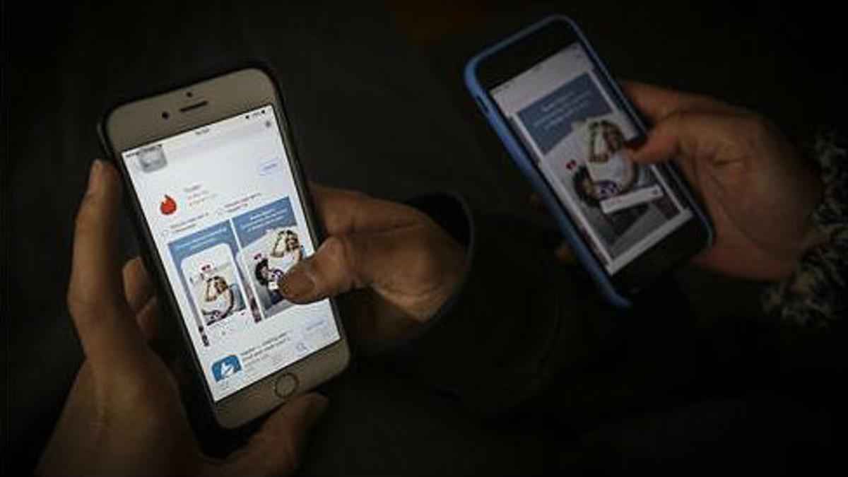 Usuarios con la aplicación de Tinder en sus moviles.