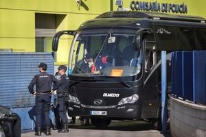 Varios inmigrantes llegados en patera a las costas de Cartagena son conducidos por la Policía Nacional al autobús que les lleva a la cárcel de Archidona, futuro CIE de Málaga.