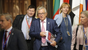 BRU01. BRUSELAS (BÉLGICA), 29/06/2018.- El presidente de la Comisión Europea, Jean-Claude Juncker, reacciona hoy, viernes 29 de junio de 2018, tras una noche de negociaciones sobre inmigración, durante una cumbre del Consejo Europeo, en Bruselas (Bélgica). Los líderes de los países de la UE se reunieron los días 28 y 29 de junio para una cumbre para analizar la migración en general, la instalación de centros de procesamiento de solicitantes de asilo en el norte de África y otros temas relacionados con la seguridad y la economía, incluido Brexit. EFE/OLIVIER HOSLET
