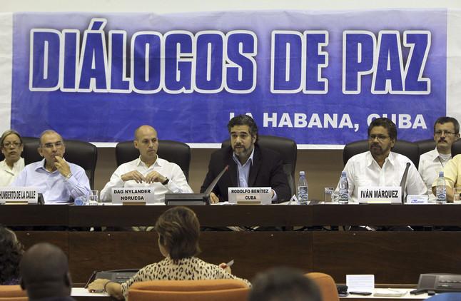 Los negociadores de Colombia y las FARC, durante la lectura del acuerdo, este sábado en La Habana.