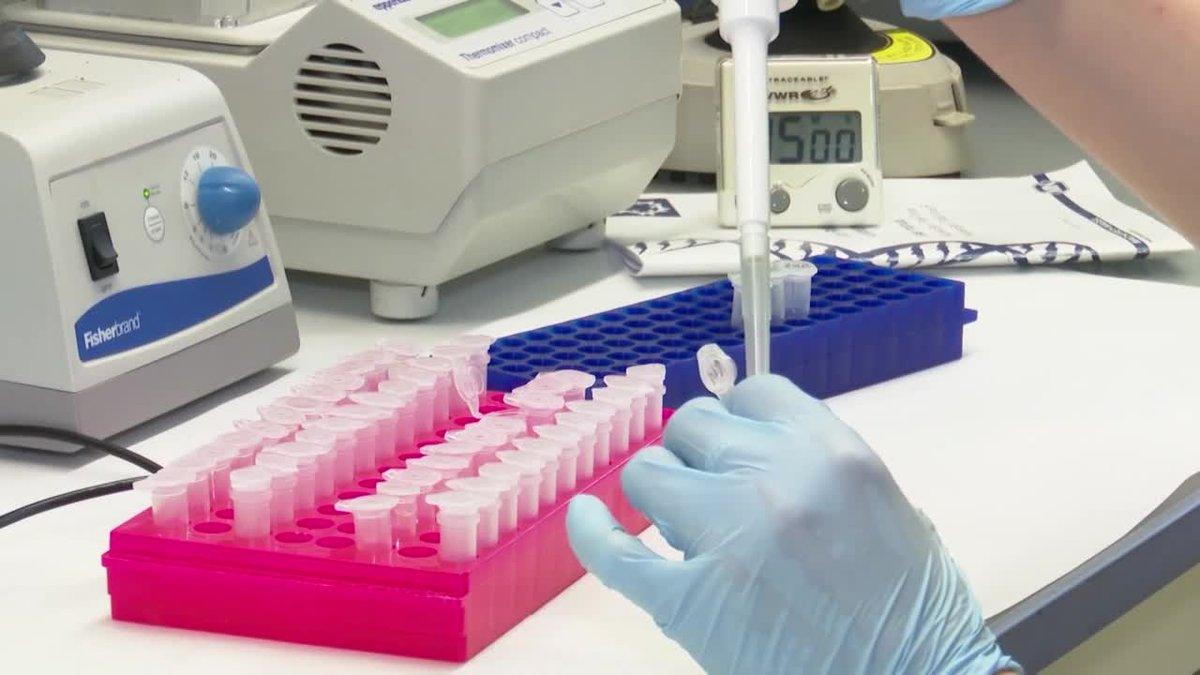 Los resultados iniciales de una vacuna contra el covid-19 indican que es segura.