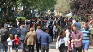 Muchos paseantes dejaron el centro y se acercaron a paseo Sant Joan.