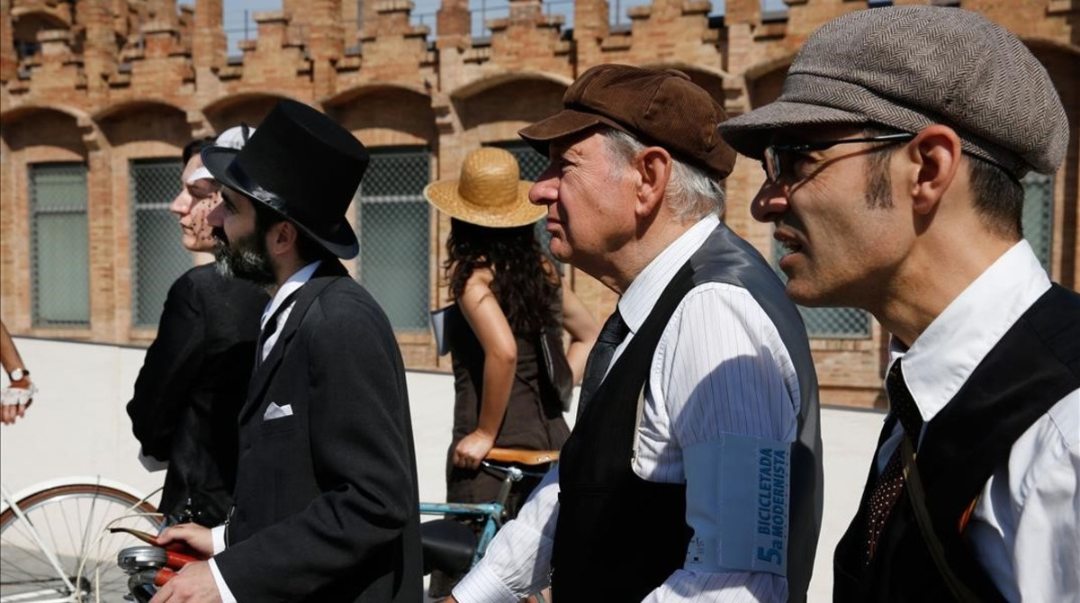 Lo mismo vale llevar sombrero de copa que gorra para pedalear al estilo modernista.