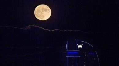 Luna llena desde la montaña de Montjuic en Barcelona.