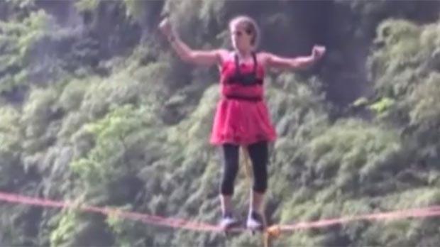 Amb talons i a la corda fluixa, ¡a 1.300 metres d'altura!