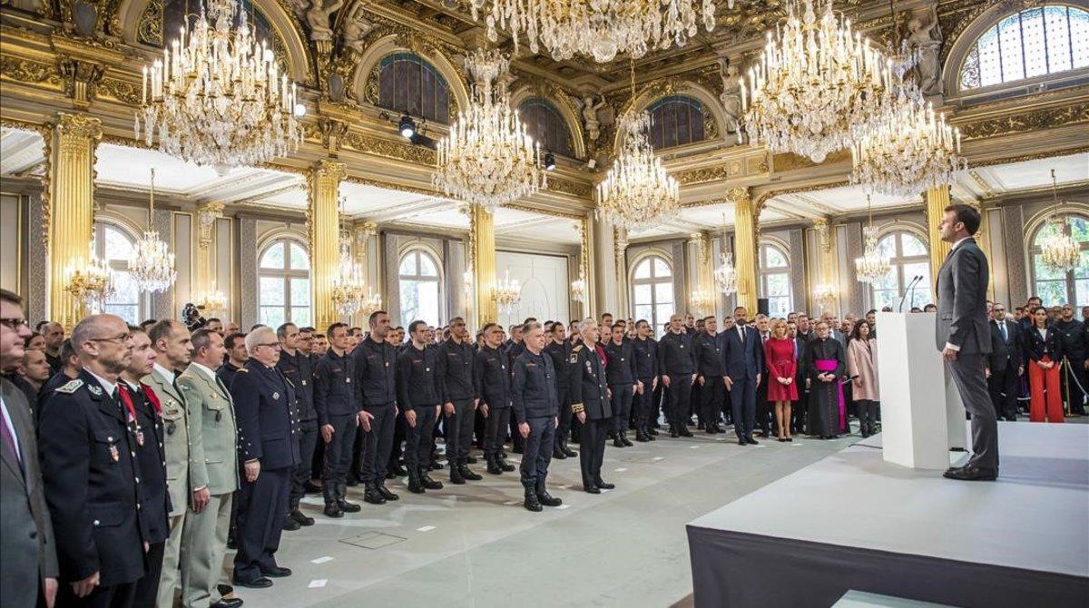 Macron habla a los bomberos en el Elíseo.
